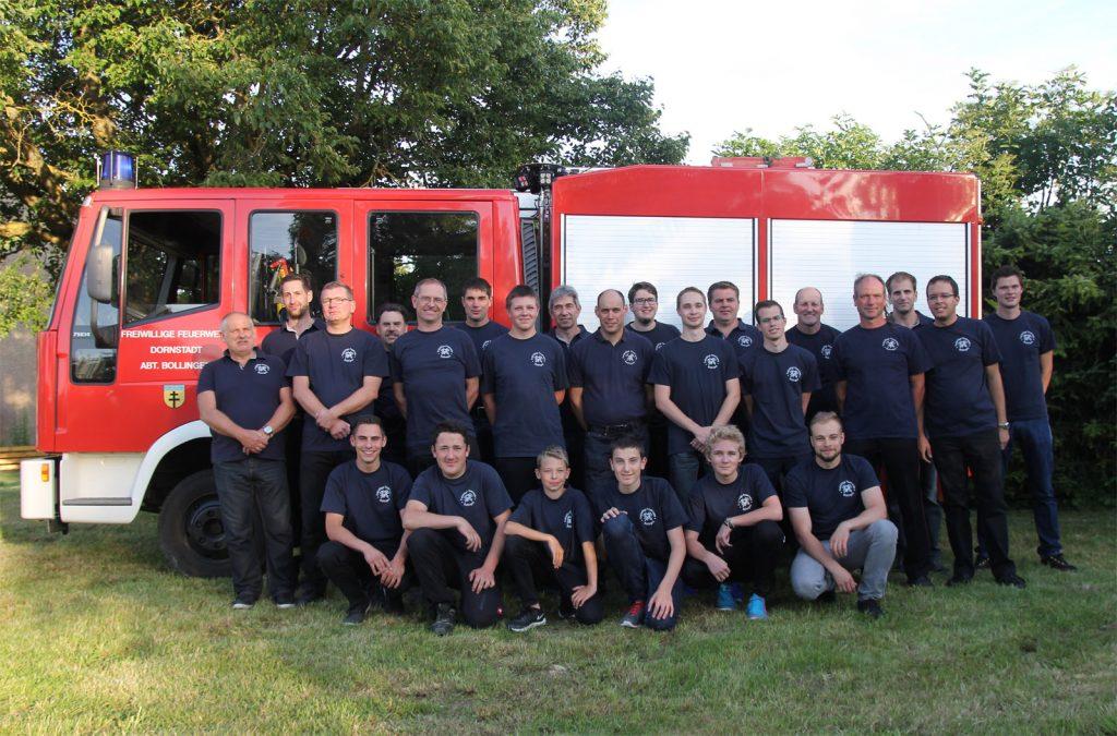 Die Mannschaft der Abteilung Bollingen inklusive Jugendfeuerwehr im Juli 2016.