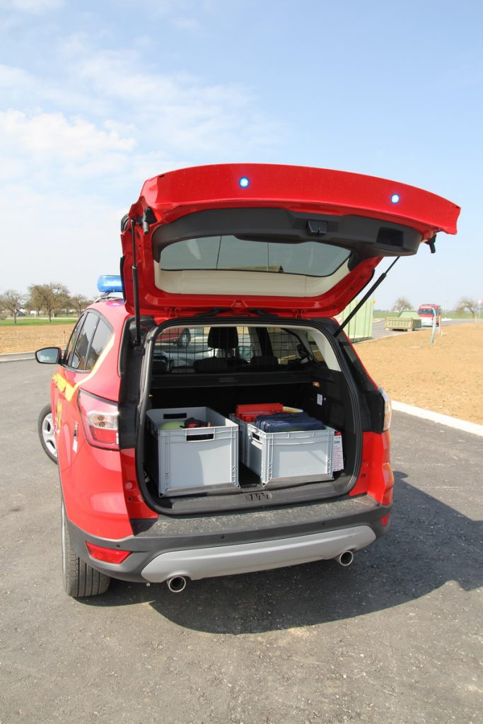 Die Ausrüstung lagert im Kofferraum. Eingebaute Blinkleuchten im Kofferraumdeckel warnen den Verkehr.