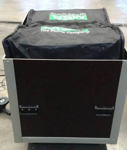 Box inklusive CSA-Anzüge und Zubehör.